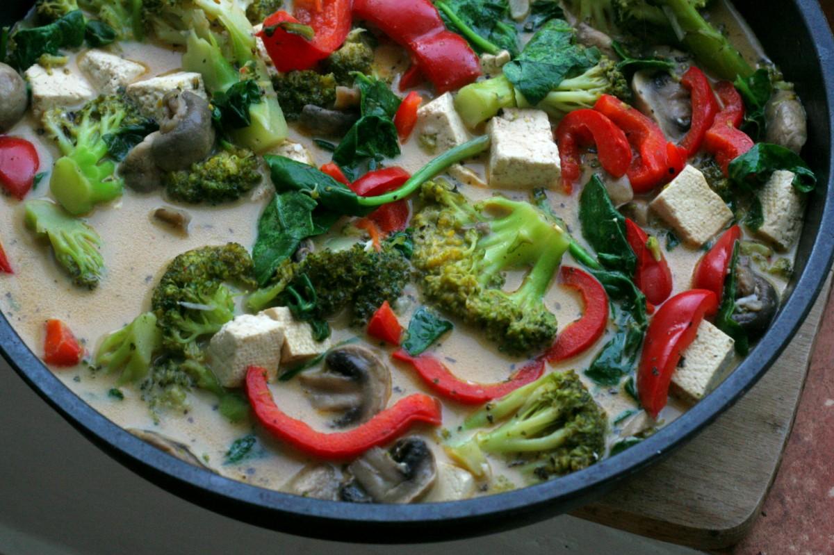 Brokolicovo-špenátové karí s tofu a hríbami